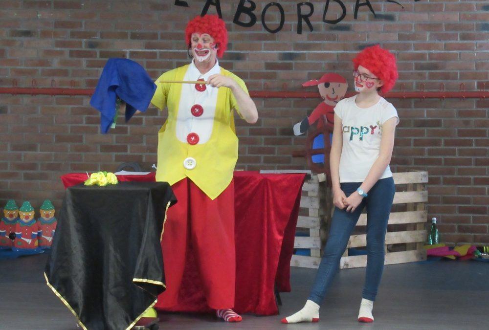 clown magicien Picolus avec Picolette (entrée de spectacle en musique)
